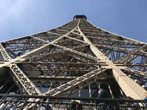 Esaminando in su la Torre Eiffel Immagine Stock