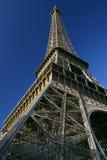 Esaminando in su la Torre Eiffel ancora. fotografie stock libere da diritti