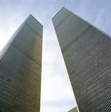 Esaminando in su le torrette del World Trade Center Fotografia Stock Libera da Diritti