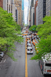 Esaminando traffico lungo la quarantaduesima via in Manhattan, New York Fotografia Stock Libera da Diritti