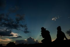 Esaminando tramonto da Angkor Wat fotografia stock libera da diritti