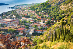 Esaminare la baia di Cattaro nel Montenegro con la vista delle montagne, delle barche e di vecchie case Immagini Stock