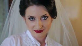 Esaminare la bella sposa della macchina fotografica stock footage