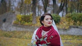 Esaminare la bella sposa della macchina fotografica archivi video