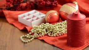 Esamini in controluce con la decorazione di Natale intorno come le palle di Natale, le perle, pigna stock footage