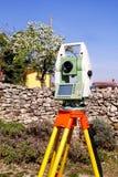 Esamini il dispositivo geodetico dello strumento, stazione totale messa nel campo Fotografia Stock Libera da Diritti
