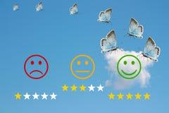 Esamini la classificazione con i fronti felici ed arrabbiati sul fondo e sulle stelle del cielo blu Immagine Stock Libera da Diritti