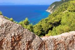 Esamini la parete sull'abetaia e sul mare del turchese fotografia stock libera da diritti