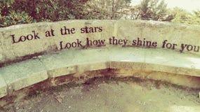 Esamini le stelle, guardi come splendono per voi fotografie stock