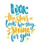 Esamini le stelle, guardi come splendono per voi La citazione ispiratrice, il blu ed il giallo spazzolano la calligrafia su bianc royalty illustrazione gratis