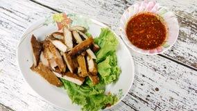Esan ` s jedzenie, Gotująca się piec na grillu wieprzowiny szyja Ko Mu Yang w Th Obrazy Royalty Free