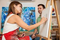 Esboçando um modelo em um estúdio Imagem de Stock Royalty Free