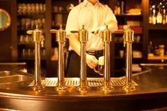 Esboçando uma cerveja no restaurante Fotos de Stock