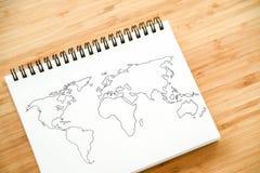Esboço do mapa do mundo no caderno Fotos de Stock