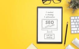 Esboço dos objetivos da otimização do Search Engine no papel Mesa de escritório com espaço da cópia ao lado imagens de stock royalty free