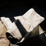 Esboços de papel velhos na terra na sombra ilustração do vetor