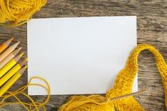 Esboce lápis do livro, da confecção de malhas e da cor em tons amarelos Imagens de Stock Royalty Free