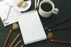 Esboce o livro, o copo do chá e os lápis da cor em tons marrons Foto de Stock Royalty Free