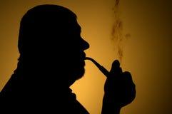 Esboce o retrato da tubulação de cigarro de fumo do homem farpado caucasiano Foto de Stock Royalty Free