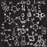Esboço tirado mão dos ícones do laboratório de ciência Giz em um quadro-negro Ilustração do vetor De volta à escola Imagem de Stock Royalty Free