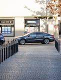 Escándalo de las emisiones de Volkswagen - Volkswagen Passat parqueó en ciudad Fotos de archivo libres de regalías