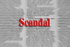 Escándalo escrito en rojo con un artículo periodístico borroso Fotografía de archivo libre de regalías