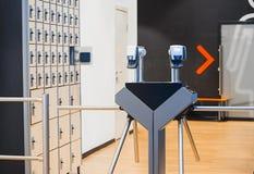 Escáneres de la huella dactilar en la entrada en gimnasio y armarios brillantes modernos fotos de archivo libres de regalías