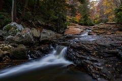 Escénico, Autumn View de la corriente de la montaña - cascada - Ohio imagen de archivo libre de regalías
