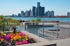 Escénico de Detroit tomado de Canadá con las flores en primero plano fotografía de archivo libre de regalías