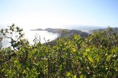 Escénico pase por alto con la ensenada de la playa de alta calidad imagen de archivo libre de regalías
