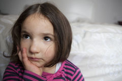 Escéptico tres años de la niña Fotos de archivo