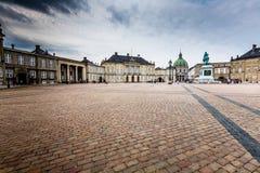 Escúdese Amalienborg con la estatua de Frederick V en Copenhague, Dinamarca El castillo es el hogar del invierno de la familia re Fotos de archivo