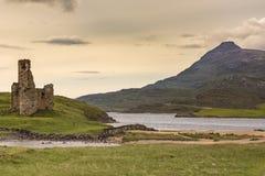 Escúdese Ardvreck en el lago Assynt con la montaña, Escocia Foto de archivo libre de regalías