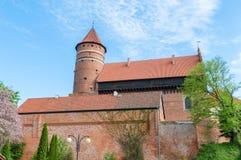 Escúdese con la torre fortificada de los obispos de Warmian en Olsztyn en Polonia imagen de archivo libre de regalías