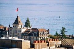 Escúdese con la torre vista de Esplanade de Montbenon en Lausanne imagen de archivo