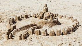 Escúdese de la arena hecha por los niños en la playa Fotos de archivo