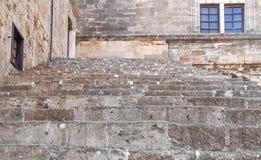 Escúdese el bloque exterior que sube con la pared y la ventana en Rodas Imagenes de archivo