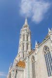 Escúdese el distrito con la iglesia de Matías en Budapest el capital CIT Foto de archivo libre de regalías