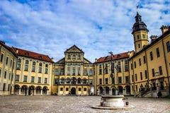 Escúdese en Bielorrusia, señales en Bielorrusia, castillo de Nesvizh, viaje Fotos de archivo