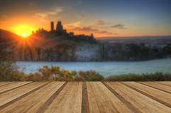 Escúdese en salida del sol del invierno del paisaje con el piso de madera de los tablones Imágenes de archivo libres de regalías