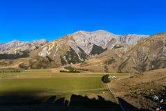 Escúdese la colina en la isla del sur del ` s de Nueva Zelanda Imagenes de archivo