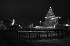 Escúdese la escena blanco y negro, la Navidad de la noche en Kaunas Imagen de archivo libre de regalías