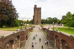 Escúdese la opinión de las paredes para la torre de la base con los turistas en Helsingborg Fotografía de archivo libre de regalías