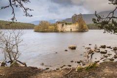 Escúdese la ruina en el lago un Eilein en Escocia Imagenes de archivo