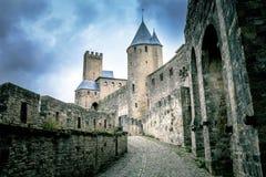 Escúdese las paredes de la fortaleza de Carcasona en Francia con las nubes de la muchedumbre en el fondo Imagen de archivo