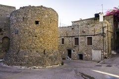 Escúdese las paredes en el pueblo de Mesta en la isla de Quíos, Grecia Imágenes de archivo libres de regalías