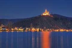 Escúdese Marksburg en el río Rhine, Alemania - imagen de la noche imagen de archivo
