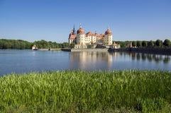 Escúdese Moritzburg en Sajonia cerca de Dresden en Alemania rodeó por la charca, lago azul de la reflexión, cielo azul imagenes de archivo