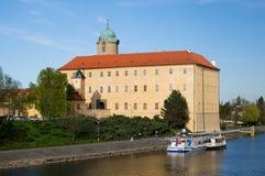 Escúdese Podebrady con el barco de río, República Checa imágenes de archivo libres de regalías