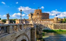 Escúdese a Sant Angelo Mausoleum de Hadrian, del puente Sant Ángel y del río Tíber en Roma fotos de archivo libres de regalías